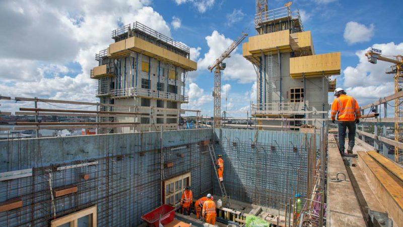 Sabb många arbetare på byggnad
